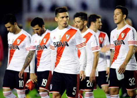 Buenos Aires, Independiente venció  por 3 a 0 a River Plate en Avellaneda, en un partido correspondiente a la 27ma. fecha del campeonato de primera división.Los jugadores de River se retiran cabizbajos. Foto: Fernando Gens/Télam/ema 04/10/2015
